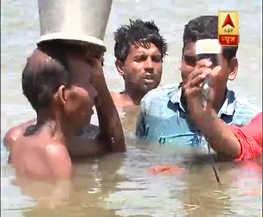 कटिहार में बांध क्षतिग्रस्त होने से कई गांव डूबे, पानी में डूबकर लोग निकाल रहे हैं सामान